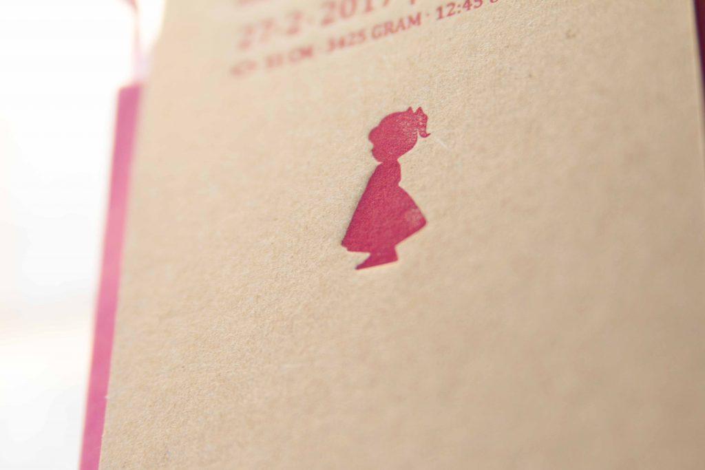 geboortakaartje als geboortelabels in letterpress dochter, roze. kraft papier