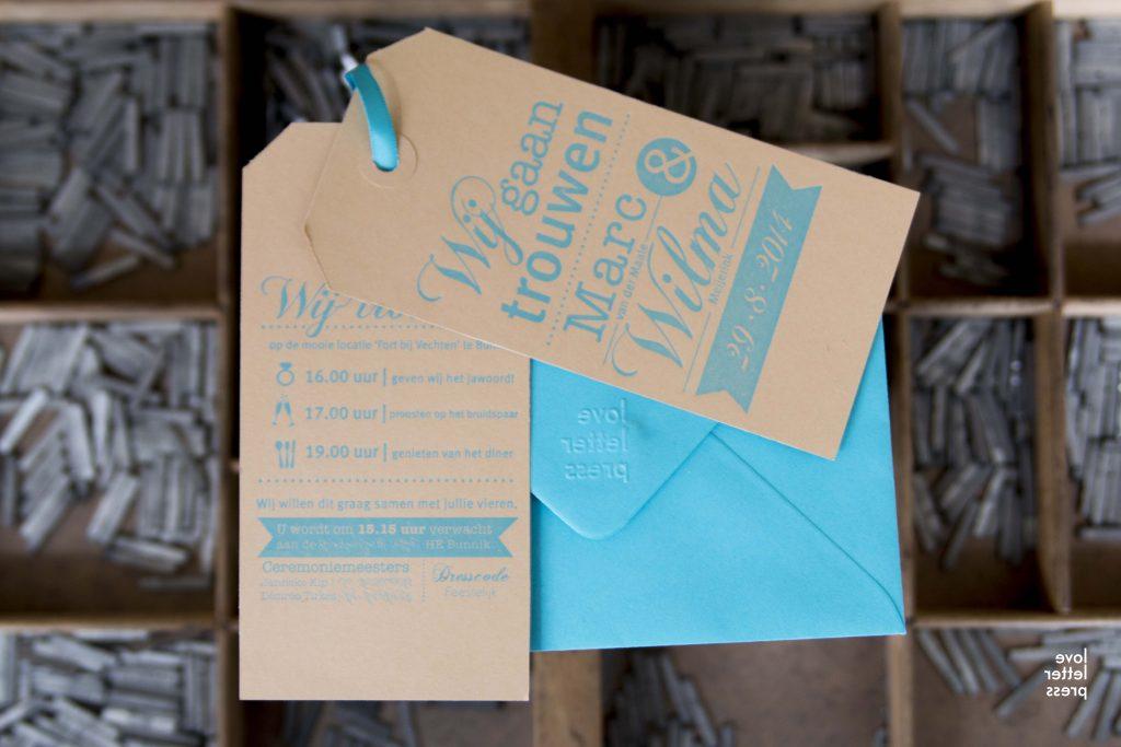 trouwkaart als kraft label letterpress blauw