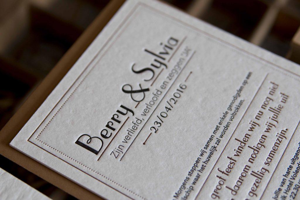 trouwkaart letterpress Ze leefdennog lang en gelukkig vintage lettertype